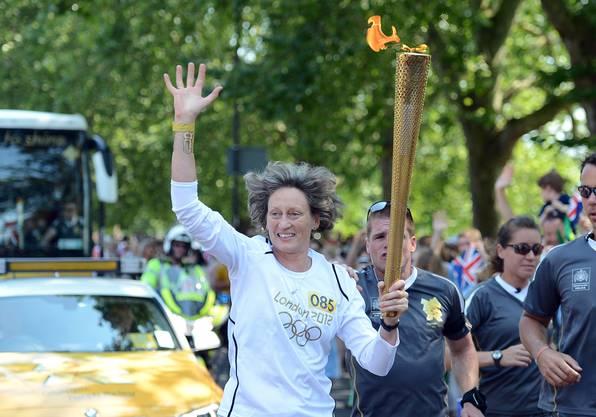 Stolze Fackelträgerin: Sarah Springman trägt 2012 das olympische Feuer durch London. An den Spielen selbst nahm sie allerdings nie teil.
