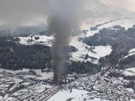 Die schwarze Rauchsäule beim Landi-Brand in Thusis war kilometerweit zu sehen.