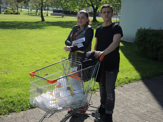 Liljana Dedaj und Artan Lukaj verteilen Brote zusammen.