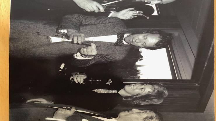 Lukas Burckhardt (zweiter von links) inspiziert eine neue Zigarre des Unternehmers Zino Davidoff (rechts).