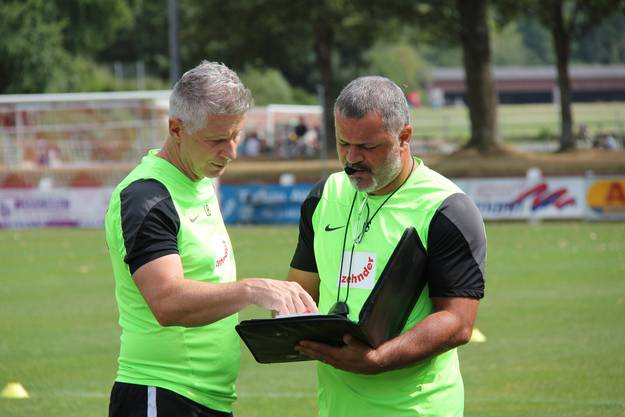16.04 Uhr: FCA-Trainer Livio Bordoli bespricht mit seinem Assistenten Ercüment Sahin das anstehende Training.