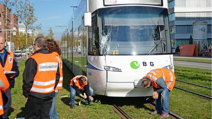 Opfikon (ZH): Glattalbahn erfasst drei Fussgänger.