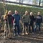 V.l.: Ueli Geier, Markus Knüsel, Martin Blattner, Willi Lüthi, Max Wehrli, Viktor Schmid (Präsident) von der Hochstammbaumkommission bei der Baum-Verteilaktion am Samstag.