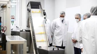 Spaniens Premierminister  Pedro Sanchez (mitte) besucht das Labor der Phamramfirma Rovi in Madrid. Hier wird der Coronaimpfstoff des US-Konzerns Moderna produziert.
