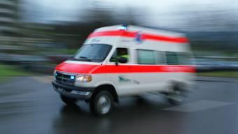 Eine Ambulanz bringt den verletzten Radfahrer ins Spital. (Symbolbild)