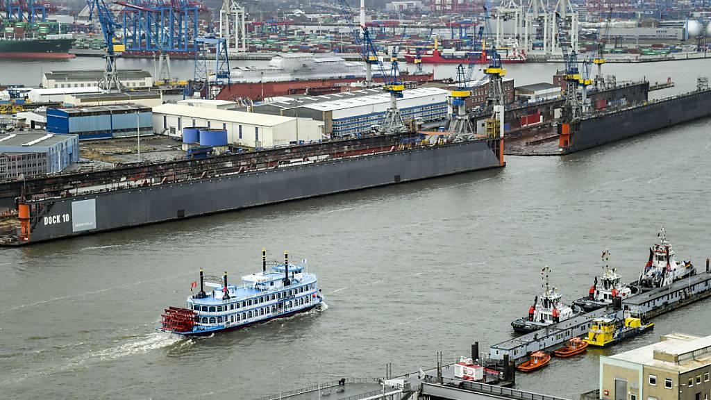 Hamburger Hafen schlägt im ersten Semester wieder mehr um (Archivbild)