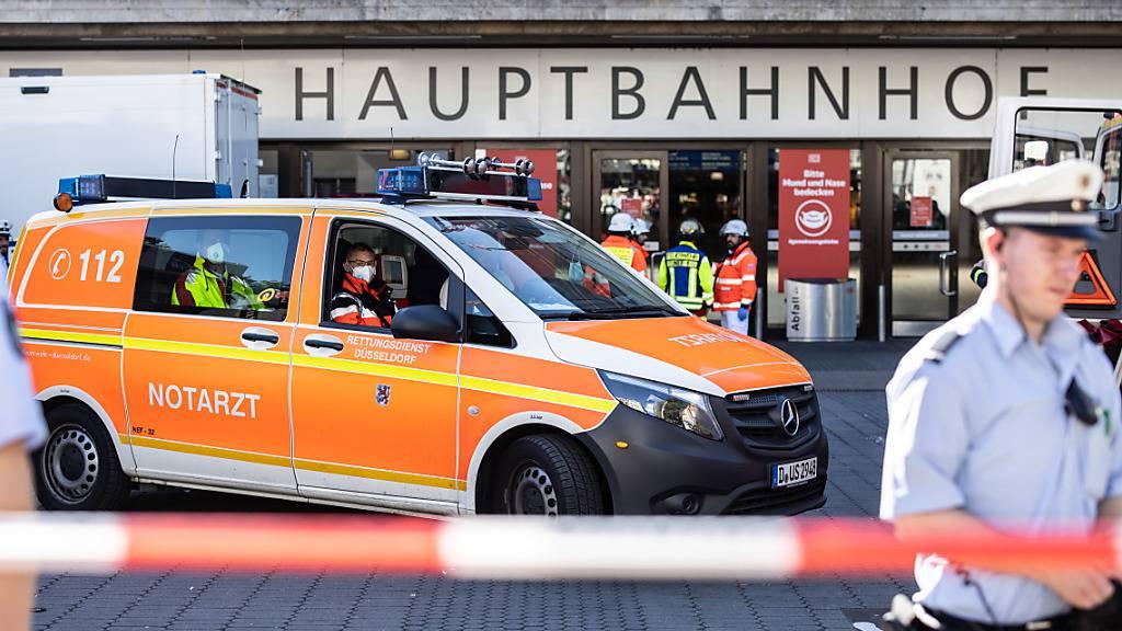 Einsatzkräfte der Polizei und Feuerwehr stehen vor dem Hauptbahnhof. Der Hauptbahnhof wurde evakuiert. Foto: Marcel Kusch/dpa