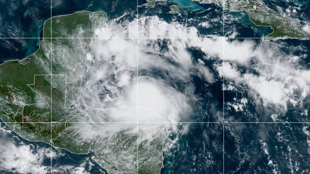 HANDOUT - Hurrikan «Nana» braut sich über Belize zusammen. Foto: Uncredited/NOAA/AP/dpa - ACHTUNG: Nur zur redaktionellen Verwendung im Zusammenhang mit der aktuellen Berichterstattung und nur mit vollständiger Nennung des vorstehenden Credits