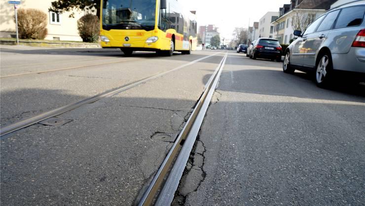 Die Tramgleise entlang der Baslerstrasse sind so marode, dass beinahe ein Busersatz nötig geworden wäre. (Archiv)