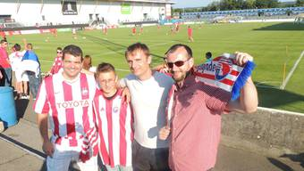 In guten wie in schlechten Zeiten: Bratislav Cvetkovic (links, mit Neffe Alexander Djokic und Freunden) steht stellvertretend für die Vereinstreue.