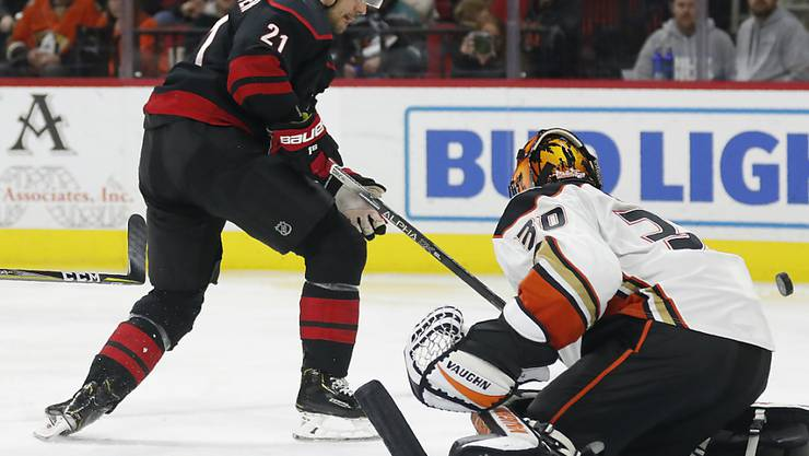 Nino Niederreiter findet kein Vorbeikommen an Anaheims Goalie Ryan Miller