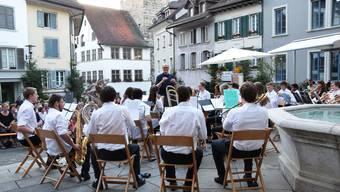 Die Jugendmusik und das Junior Ensemble spielen auf.