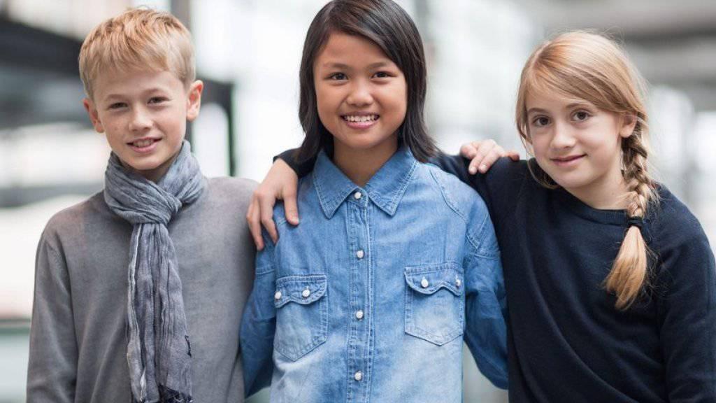V.l.n.r.: Nick Kiesgen (11) Nadia Shafiyana (11) und Franca Nitsche (9) präsentieren auf der Frankfurter Bucmesse ihre Werke.