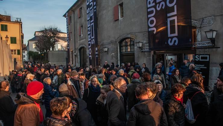 Publikum vor dem Landhaus