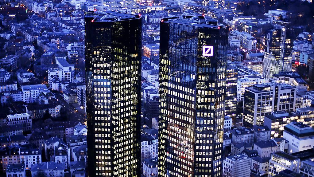 Die Deutsche Bank hat am Montag mitgeteilt, dass sie von einem geringeren Ertrag ausgeht, als sie ursprünglich in ihrer neuen Strategie angenommen hat. (Archivbild)