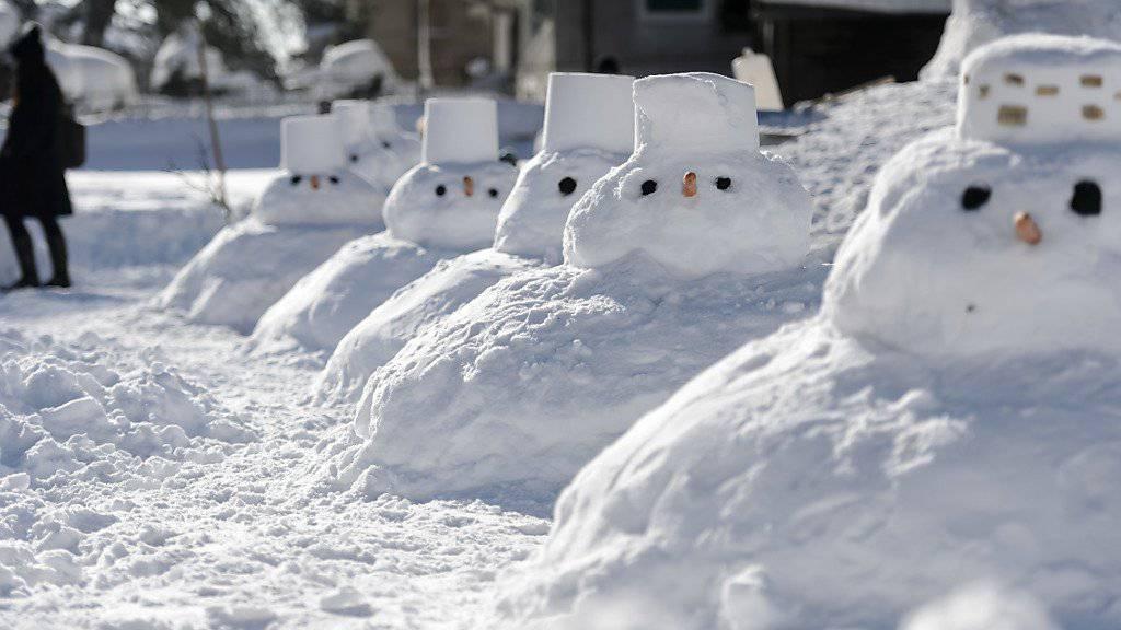 Am Wochenende schneit es zum ersten Mal in diesem Jahr auch im Flachland. Lange liegen bleiben, wird der Neuschnee zwar nicht. Für Schneemänner sollte es aber allemal reichen. (Symbolbild)