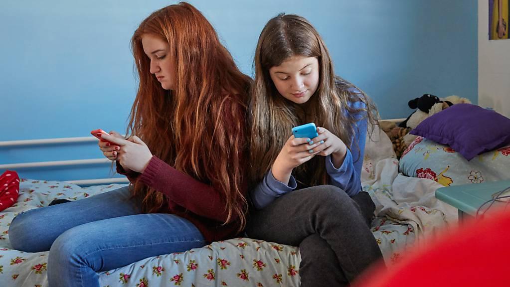 Mädchen nutzen ihr Handy vor allem, um über soziale Netzwerke mit ihren Freunden zu kommunizieren, Fotos zu machen oder Musik zu hören, wie eine Umfrage der ZHAW und Swisscom zeigte.
