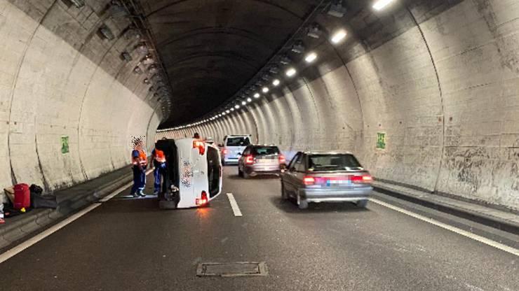 Sie erschrak und lenkte wieder nach rechts. Darauf verlor sie die Kontrolle über ihren Wagen und kollidierte erst mit der Tunnelwand und danach mit dem anderen Wagen.