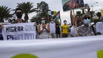 Auf Gran Canaria fand eine Demonstration für die Rechte von Migranten auf den Kanaren statt. Die Inselgruppe ist das Ziel vieler Flüchtlinge, die aus Afrika mit Holzboten dorthin übersetzen. Foto: Manuel Navarro/dpa
