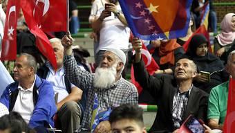 Wie ein Messias wurde der türkische Präsident Erdogan an der Wahlveranstaltung in eigener Sache in Sarajevo gefeiert - immerhin im europäischen Ausland, in der Hauptstadt von Bosnien-Herzegowina.