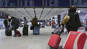Reisende am Flughafen Zürich-Kloten (Archiv)
