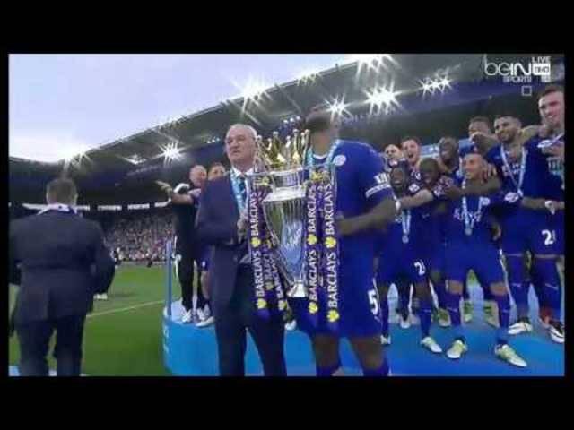 Wes Morgan nimmt als Captain von Leicester City den Premier League-Pokal entgegen
