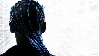 Hollywood hats bereits getan: Im Film «Transcendence» wird Johnny Depps Gehirn auf einen Computer geladen. HO