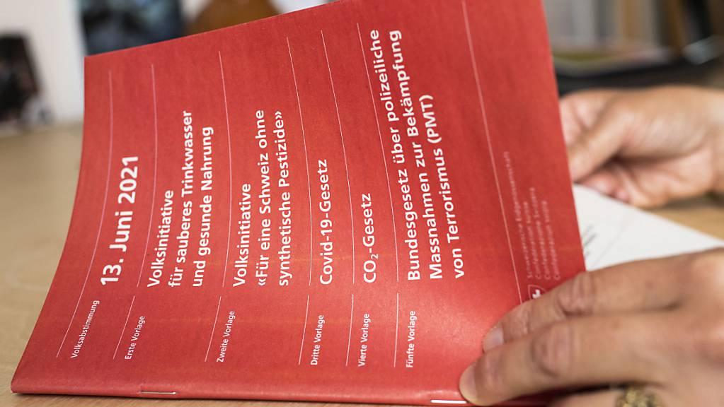 Gleich fünf nationale Vorlagen kommen zur Abstimmung. Mit Spannung wird vor allem der Entscheid zum CO2-Gesetz erwartet.