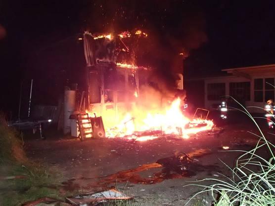 Vom Brand ist auch ein angrenzendes Gebäude betroffen.