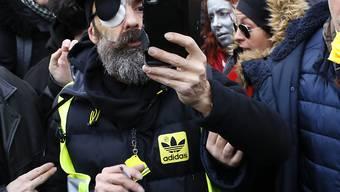 """Der vergangene Woche während einer Demonstration schwer am Auge verletzte """"Gelbwesten""""-Anführer Jérôme Rodrigues wurde mit Applaus begrüsst, als er zu der Kundgebung in Paris erschien."""