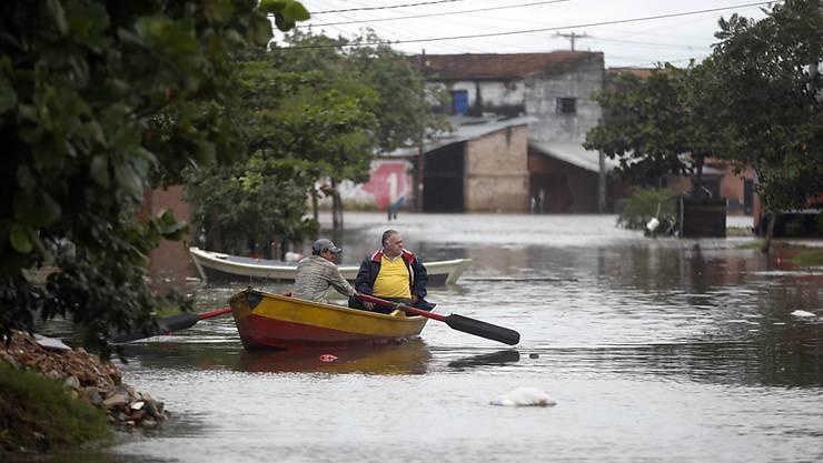 Boote statt Autos: In Paraguay stehen nach heftigen Regenfällen zahlreiche Strassen unter Wasser.