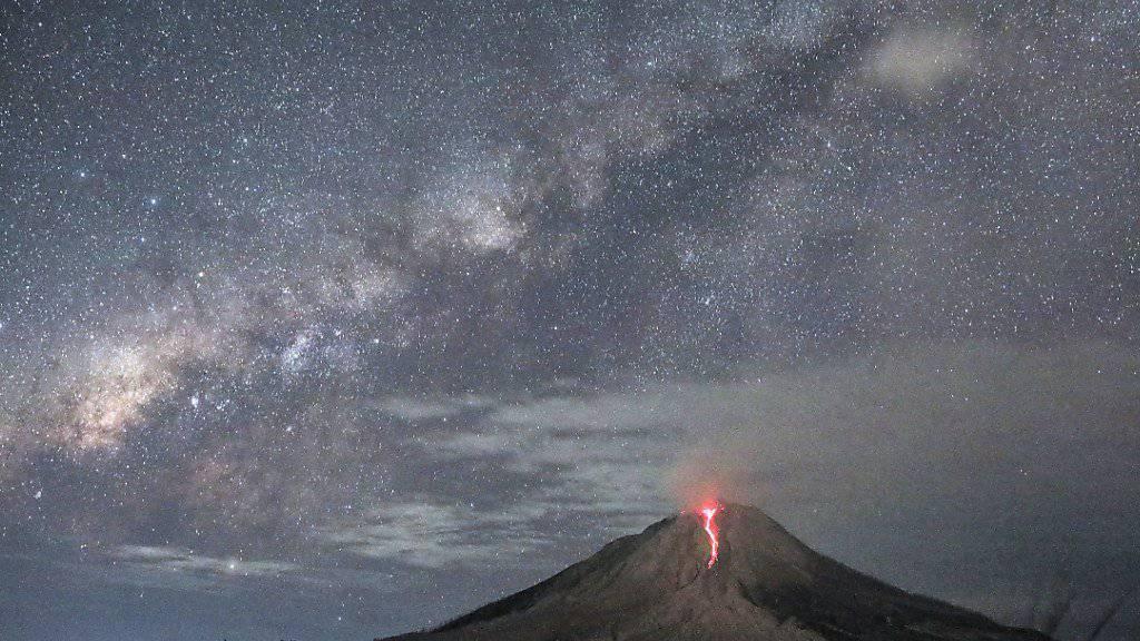 Am Vulkan Sinabung auf der indonesischen Insel Sumatra laufen glühende Ströme den Hang herunter. (Archivbild)
