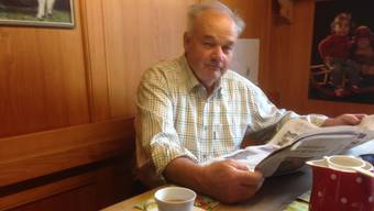 Am Donnerstag am Küchentisch in Messen: Christian Wanner studiert aufmerksam die Berichterstattung nach der Rücktrittsankündigung der BDP-Bundesrätin Eveline Widmer-Schlumpf, die im seit vielen Jahren sehr nahe steht.