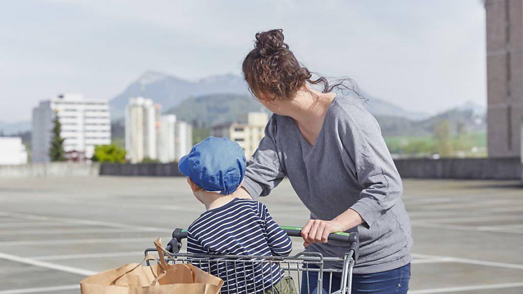 Die Einkommen nehmen kaum zu, um den Einkaufswagen stärker zu füllen: Weil die Einkommen des Mittelstandes stagnieren, erhält der Populismus laut einer UBS-Studie weltweit Aufwind. (Symbolbild)