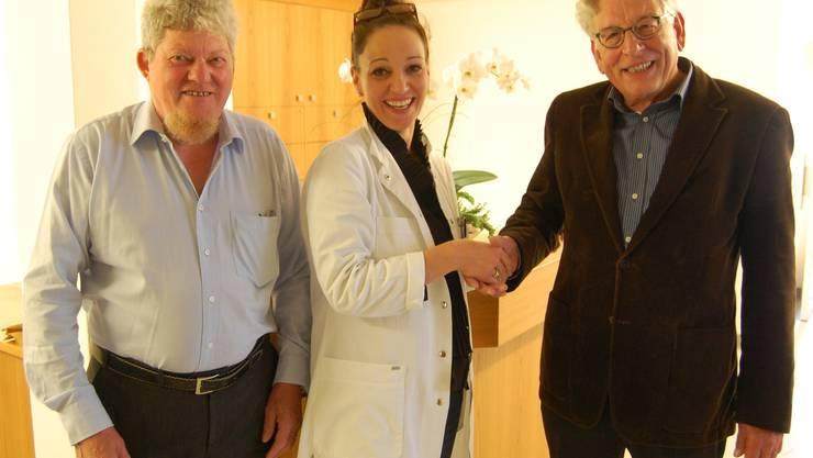 Praxisübergabe von Dr. med. Wieser (r. an med. parct. Frau Radivojevic im Beisein von Gesundheitsvorstand H.R. Keller)