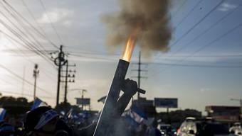 Demonstrant in Managua schiesst ein Granate ab. Bei den Protesten im mittelamerikanischen Land sind bisher nach Angaben von Menschenrechtlern mindestens 212 Personen getötet und über 1300 verletzt worden. (Archiv)