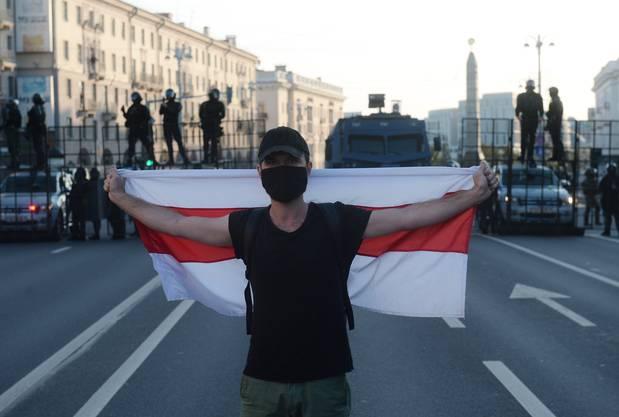 Die weiss-rot-weissen, historischen Unabhängigkeitsflaggen sind vom Regime seit 1995 verboten