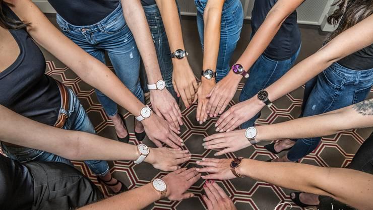 Die elf Miss Schweiz Finalistinnen modeln für die Uhrenfirma Jowissa aus Bettlach.
