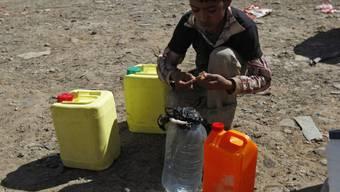 Ein Junge mit Wasserkanistern in Jemens Hauptstadt Sanaa (Archiv)