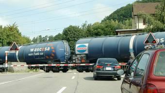 Verkehr wächst: Auf Strasse und Schiene zeigen die Prognosen steil nach oben. Im Bild ein Güterzug bei Würenlos. (Walter Schwager)