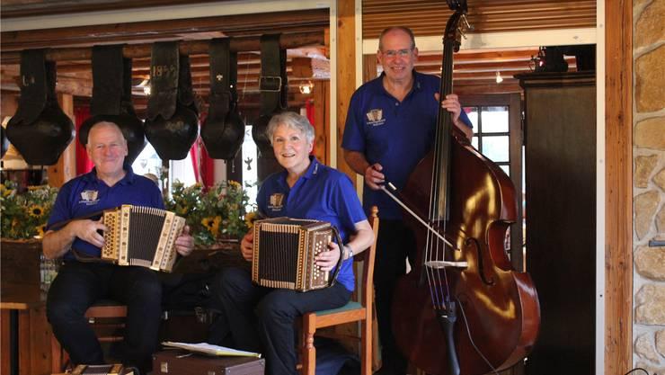 Rolf Jezler, Veronika Gerber und Roland Walker (von links) sind die Schwyzerörgeli-Fründe.