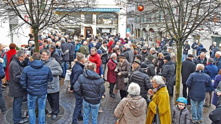Selten so bevölkert: Der Kaplaneiplatz gab die Szenerie des heurigen Oltner Neujahrsapéros.