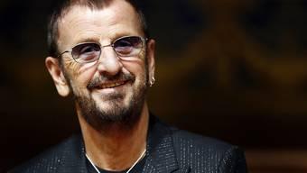 """ARCHIV - Der britische Musiker Ringo Starr lächelt bei der Eröffnung seiner Ausstellung 'Arternativelight' im Ozeanographischen Museum. Der Ex-Beatle Ringo Starr feiert am 07.07.2020 seinen 80. Geburtstag. (zu dpa """"Peace, Love  Rock'n'Roll: Ex-Beatle Ringo Starr wird 80 Jahre alt"""") Foto: Sebastien Nogier/epa/dpa"""