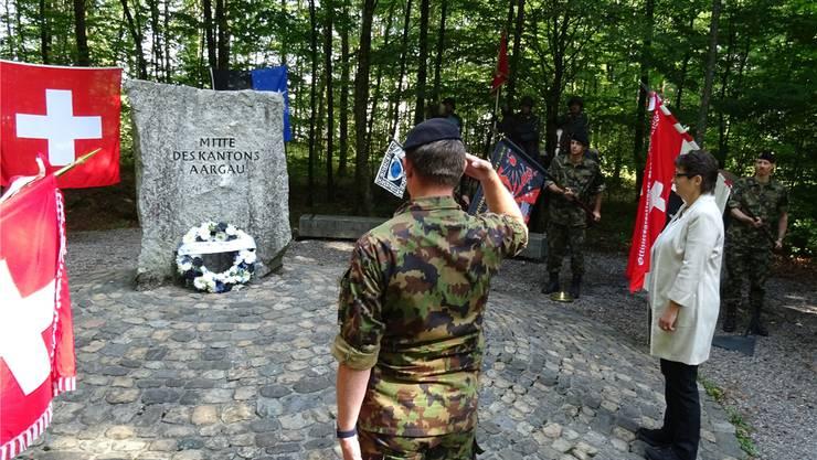 Der Präsident der Aargauischen Offiziersgesellschaft, Oberstleutnant Ulrich Price und Regierungsrätin Franziska Roth legten einen Blumenkranz nieder.