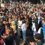 Mehrere hundert Menschen haben sich am Freitag in Basel auf dem Barfüsserplatz für eine Klima-Demo versammelt.
