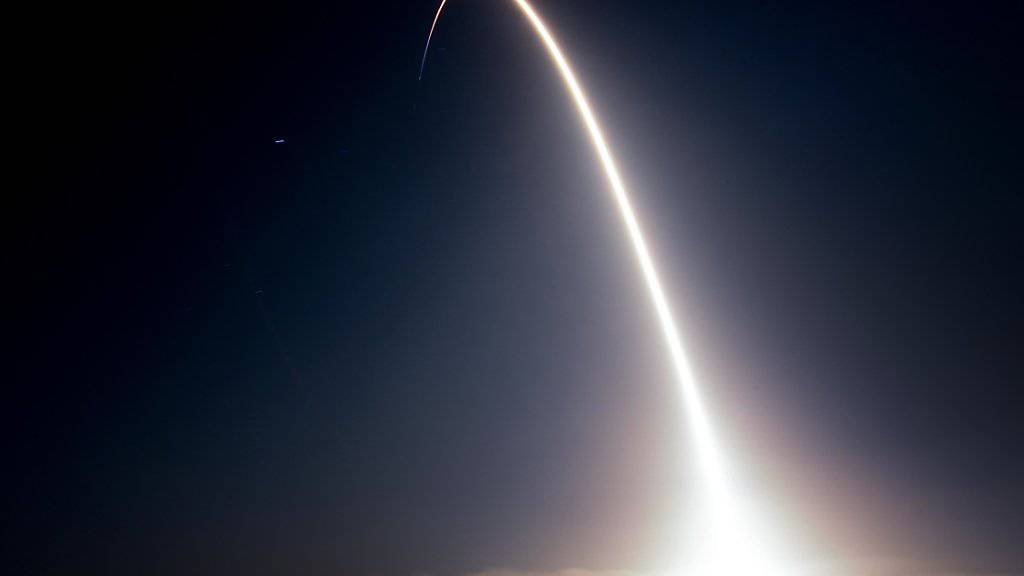 """Der Start der Trägerrakete """"Falcon 9"""", welche die Kommunikationssatelliten in All brachte."""