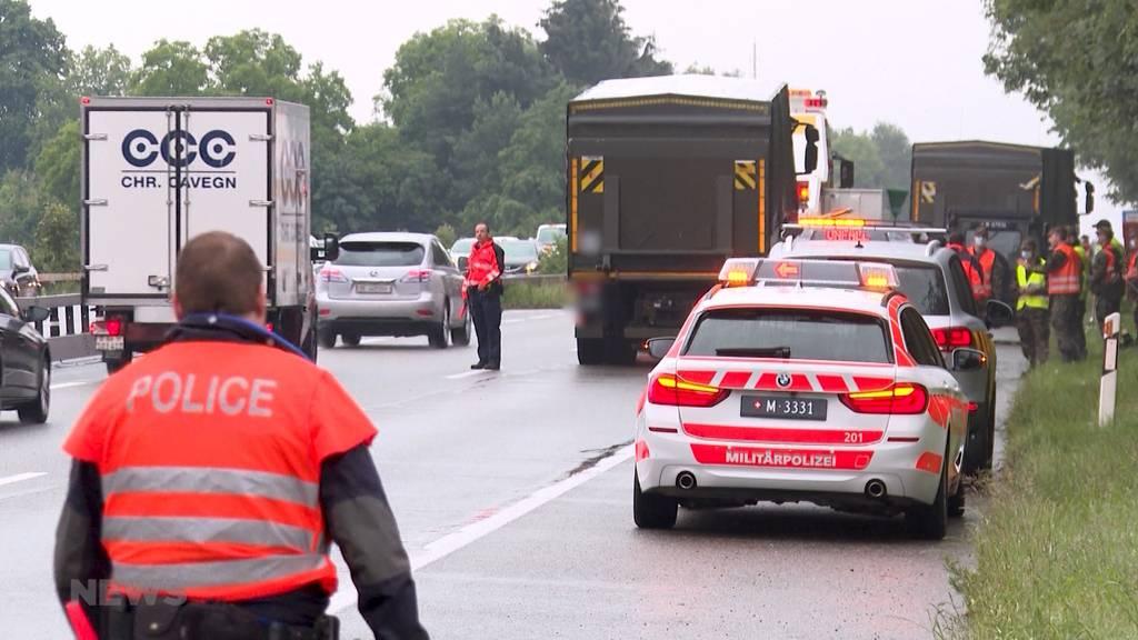 Kilometerlanger Stau: Unfall mit vier Militärfahrzeugen auf A6