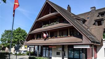 Die Raiffeisenbank in Sarmenstorf wird saniert. Grosse Veränderung stehen vor allem im Innern an. Bild: Toni Widmer (5. Juli 2019)
