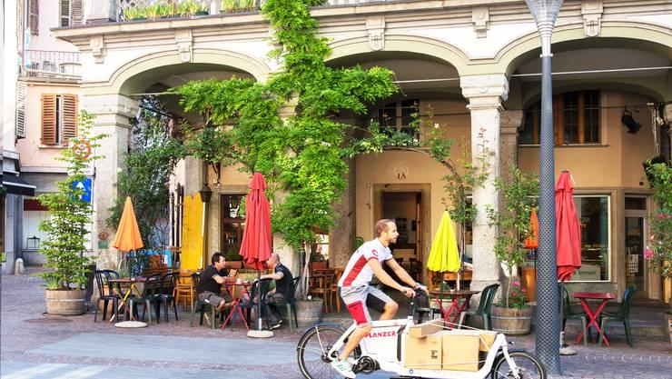 Selbst in die Fussgängerzone kann das geräusch- und emissionsarme E-Bike Pakete transportieren.