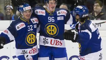 Die Davoser Youngsters Sin Schläpfer, Jerome Portmann und Samuel Guerra feiern gegen Jokerit Helsinki ein erfolgreiches Comeback